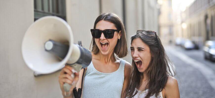 девушки с рупором-эмоциональное фото про Заработок на фотографиях в интернете